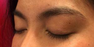 Hennabrow behandeling voor rechts